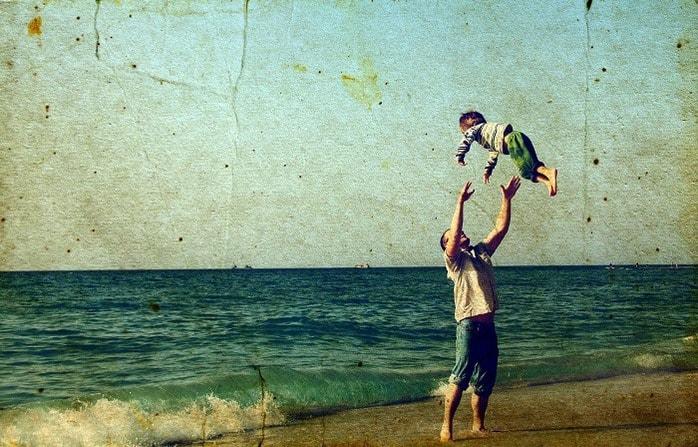 papà in spiaggia